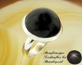 Ring mit Black-Star (Stern-Diopsid). In Natura mit dem sternförmigen Lichtreflex