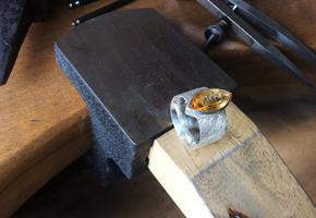 Goldschmiedetisch und Citrin-Ring